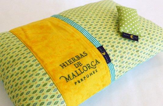 Detalle del bordado del logo Hierbas de Mallorca Perfumes sobre la Almohada y del saquito para rociar su fragancia