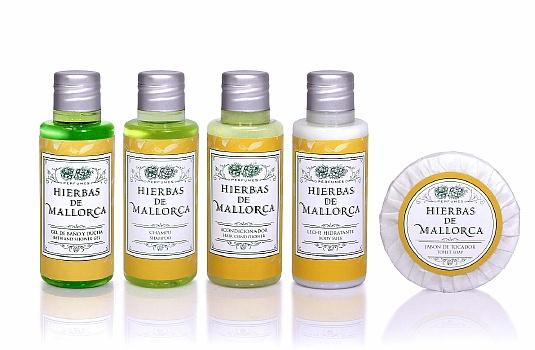 Los frascos de las Amenities presentados en línea: gel de baño, champú, acondicionador y body milk, junto al jaboncito