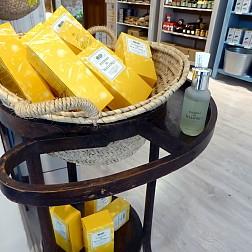 El Agua de Colonia Hierbas de Mallorca expuesta en la tienda de Flor de Sal d'es Trenc