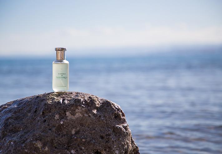 El frasco del Agua de Colonia frente al mar de Mallorca