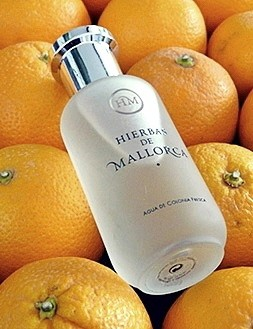 El frasco del perfume sobre un lecho de naranjas