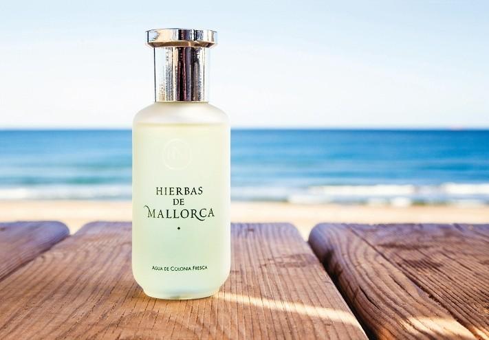 El frasco del Perfume Hierbas de Mallorca frente al mar