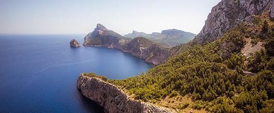 La costa mallorquina a vista de pájaro, rocas y montes junto al mar