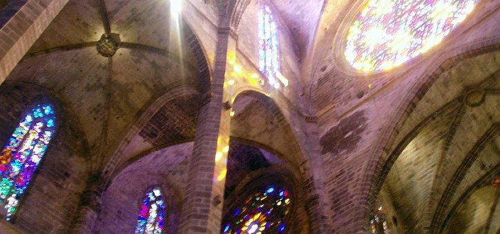 Juego de luces y colores a través de las vidrieras del interior de la Seu, la catedral
