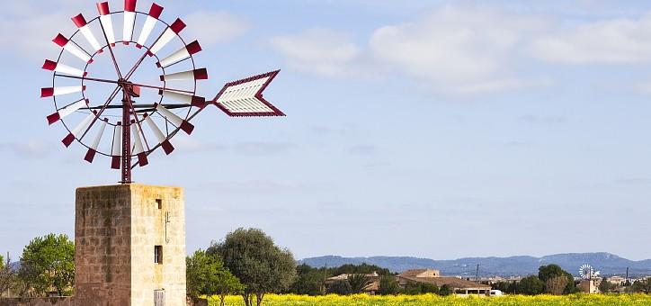 Molino de viento en el campo de Mallorca