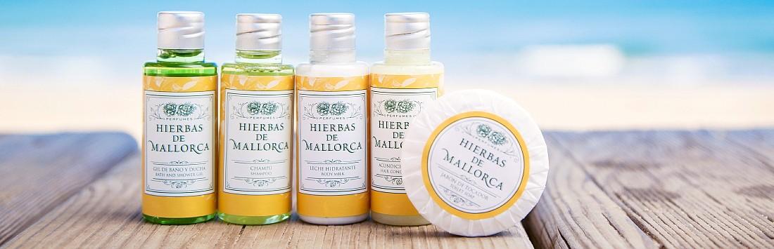 Bodegón de las amenities de Mallorca: gel de baño, champú, body milk, acondicionador y jaboncito