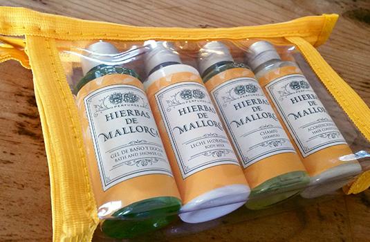 Set de Viaje Hierbas de Mallorca Perfumes con los productos de aseo personal