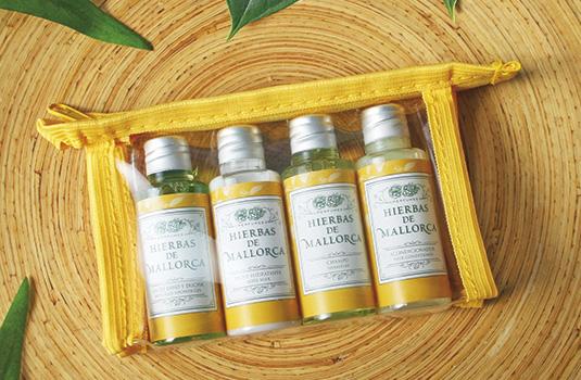 Set de productos de baño en su neceser de viaje