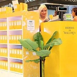 Stand de Hierbas de Mallorca Perfumes en la entrada de El Corte Inglés de Palma